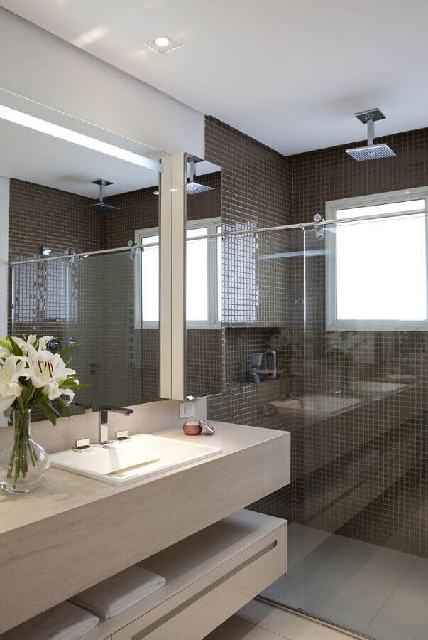 banheiro com pastilha de vidro marrom dentro da área do box Foto Ceramica Cielo Piatto Doccia