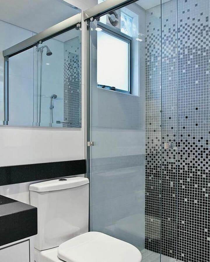 banheiro com pastilha de vidro na área do box Foto MFSanches Interiores