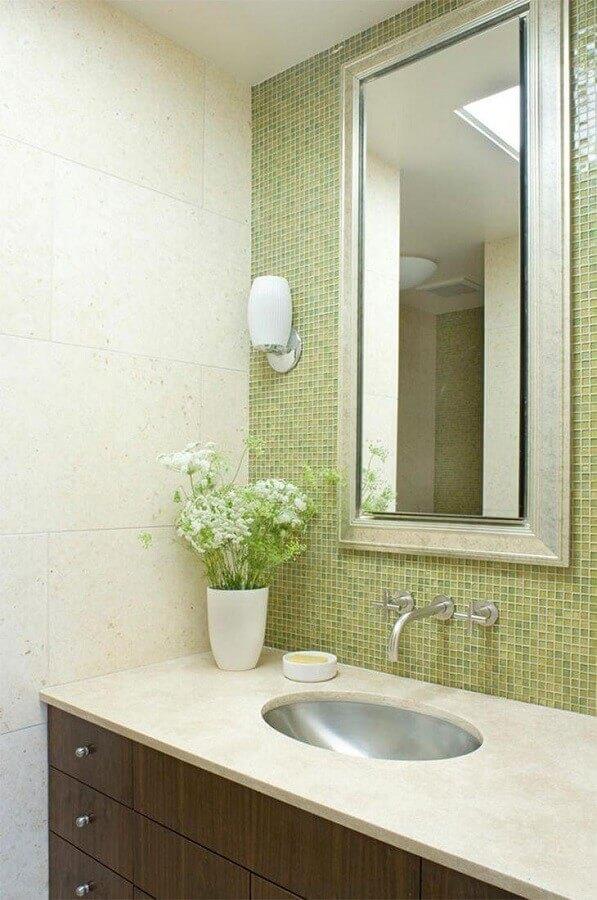 banheiro com pastilha de vidro verde Foto John Lum Architecture