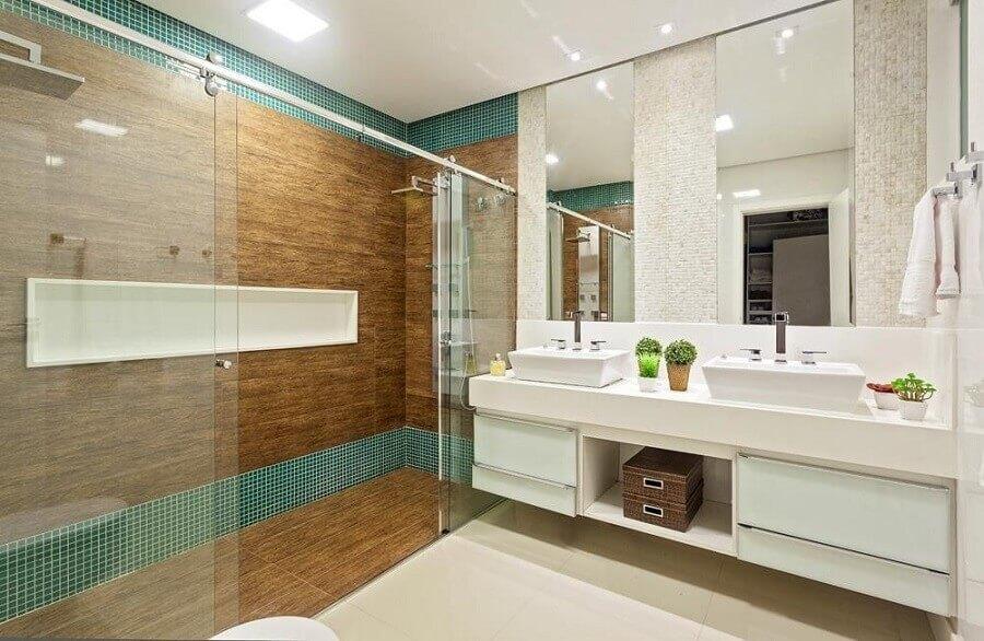 banheiro com pastilha de vidro verde e revestimento que imita madeira Foto Laura Santos