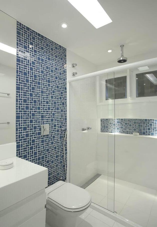 banheiro com pastilhas de vidro de tamanhos diferentes Foto Casa Perferies