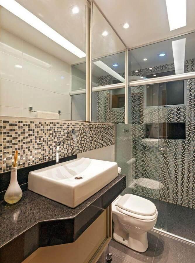 banheiro decorado com pastilhas de vidro e bancada de granito Foto Laura Santos Arquitetura & Inteiores