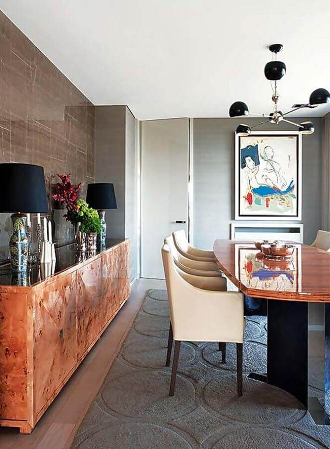 buffet de madeira de demolição para sala de jantar moderna decorada com tapete cinza e cadeiras estofadas Foto Pinterest