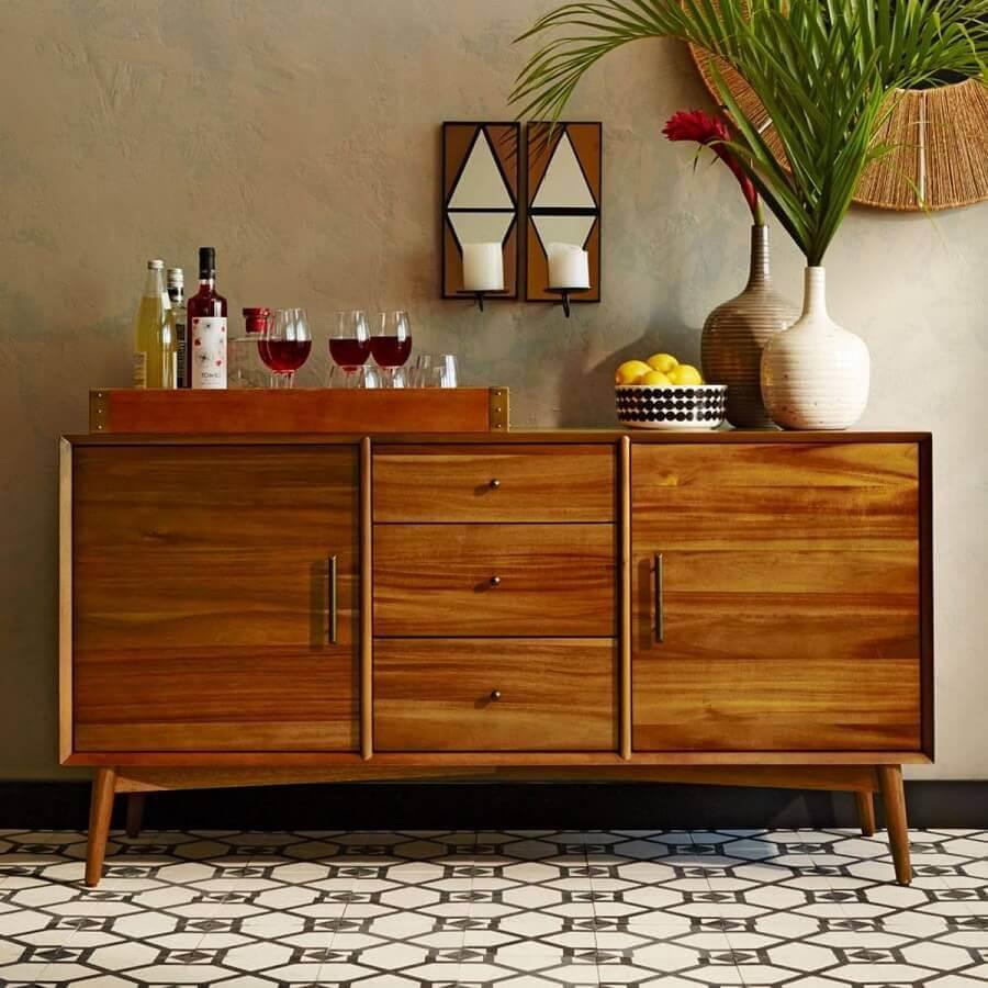 buffet de madeira decorado com vasos de plantas e bandeja para barzinho  Foto west elm