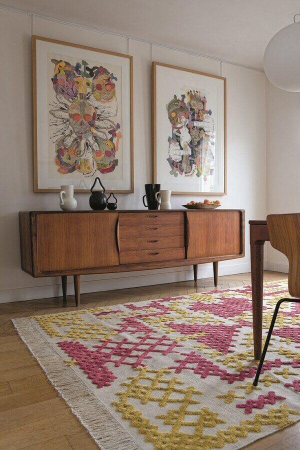 buffet de madeira para decoração de sala com tapete grande e colorido Foto Pinterest