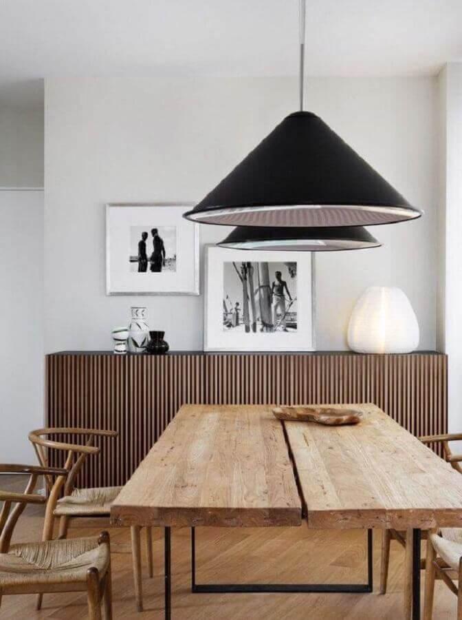 buffet de madeira para sala de jantar branca decorada com mesa rústica e pendente preto Foto Futurist Architecture