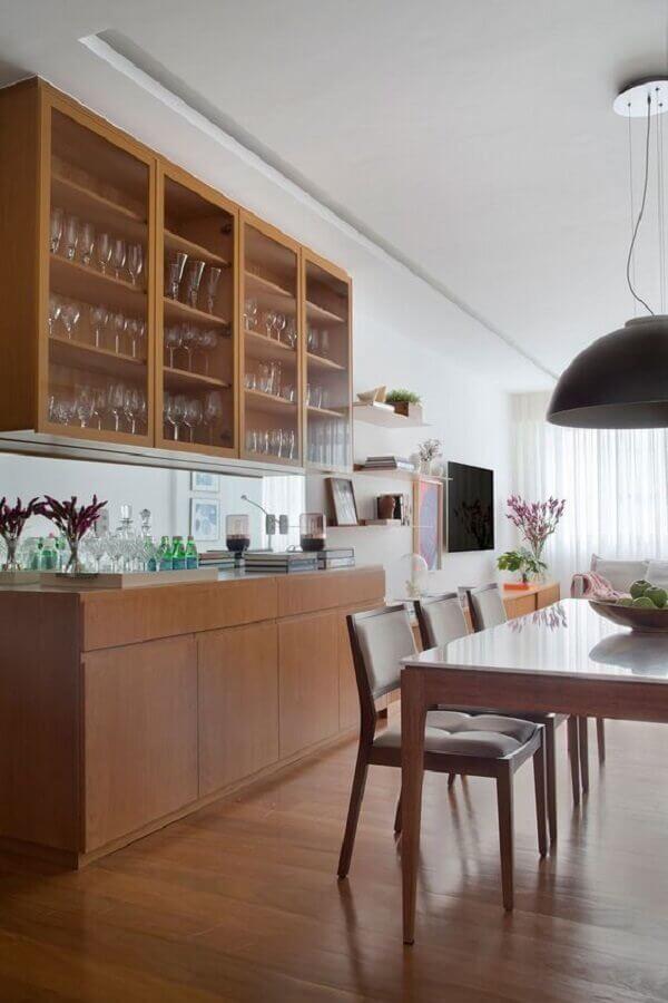 buffet de madeira para sala de jantar decorada com cristaleira de parede Foto Casa de Valentina