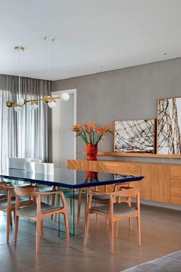 buffet de madeira para sala de jantar moderna decorada com parede de cimento queimado Foto Iná Arquitetura