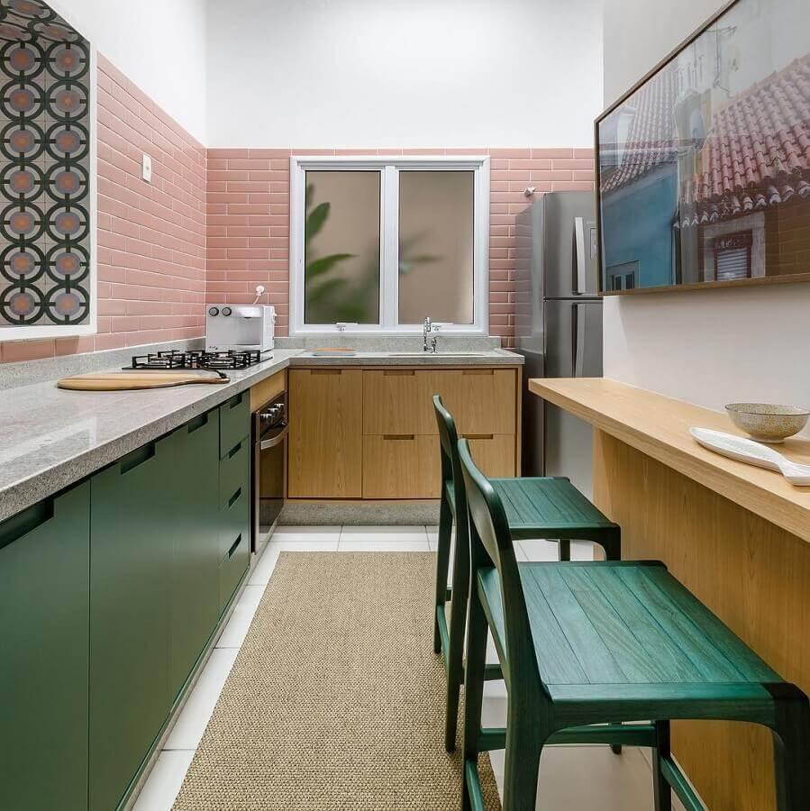 cor verde musgo para armário de canto para cozinha decorada com revestimento cor de rosa