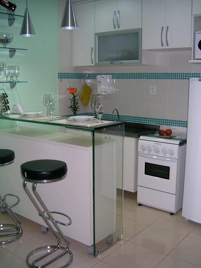 cozinha decorada com pastilhas de vidro verde e bancada de vidro Foto Tatiany Landim
