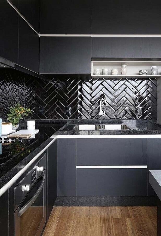 cozinha planejada moderna decorada com armário de canto e azulejo de cozinha preto