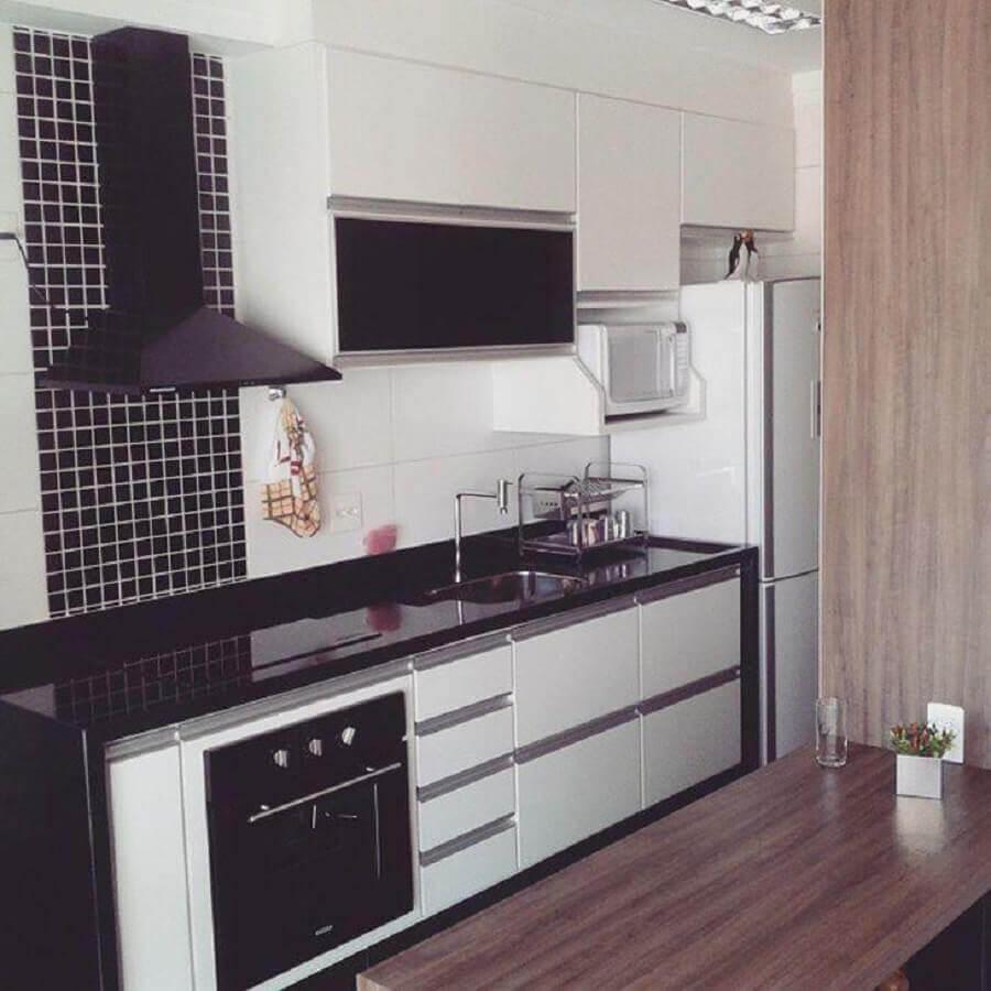 cozinha simples decorada com pastilha de vidro adesiva Foto Construtora Dez