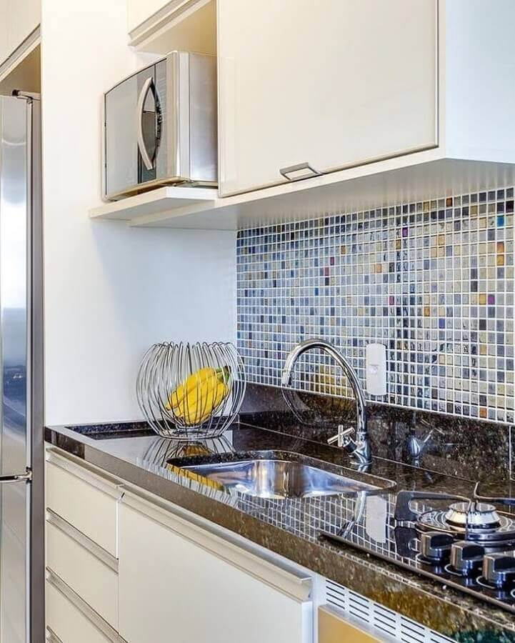 cozinha simples decorada com pastilhas de vidro Foto Rúbia Interiores