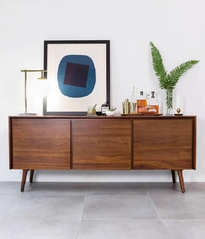 decoração clean para sala branca com buffet de madeira com pés palito Foto Article