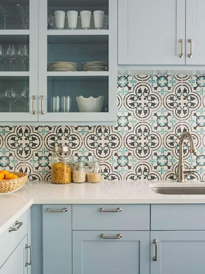 decoração com armário de canto azul pastel e azulejo de cozinha retrô