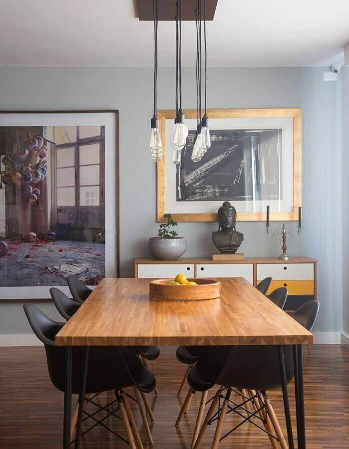 decoração com buffet de madeira com portas coloridas para sala de jantar cinza Foto Histórias de Casa