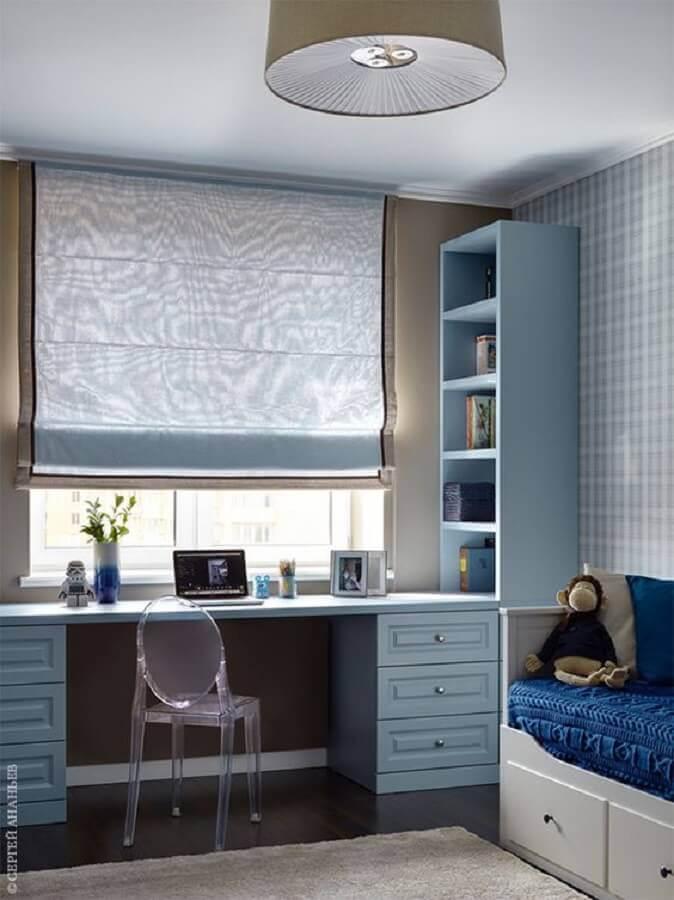 decoração com papel de parede xadrez para quarto planejado com escritório Foto AD Russia