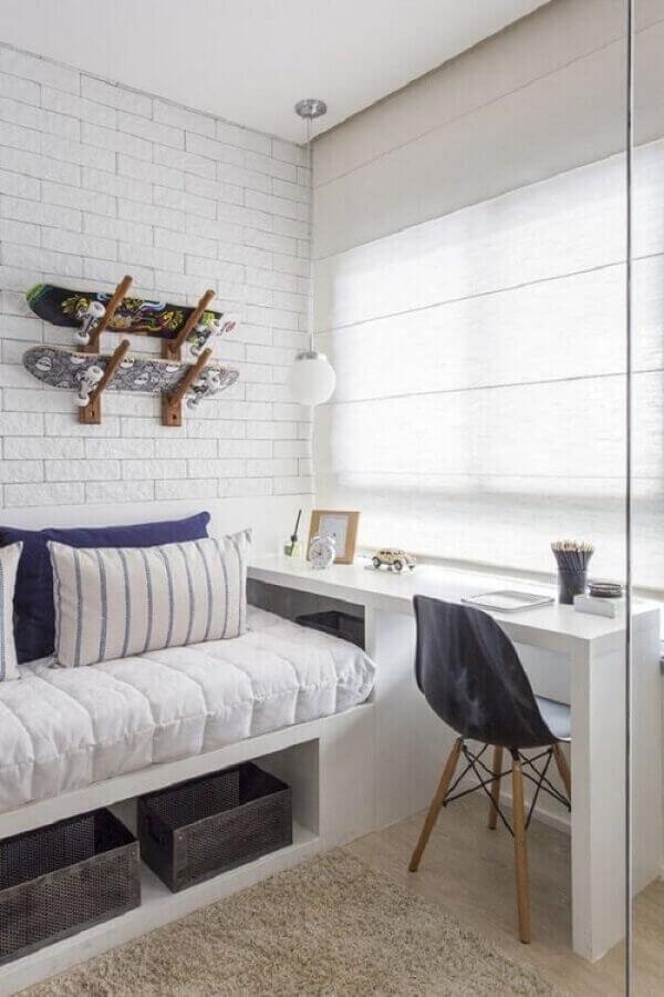 decoração com parede tijolinho branco para quarto solteiro com escritório Foto Pinterest