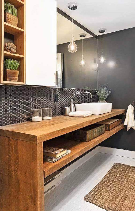 decoração de banheiro com bancada de madeira e pastilhas de vidro em formato hexagonal Foto Archives