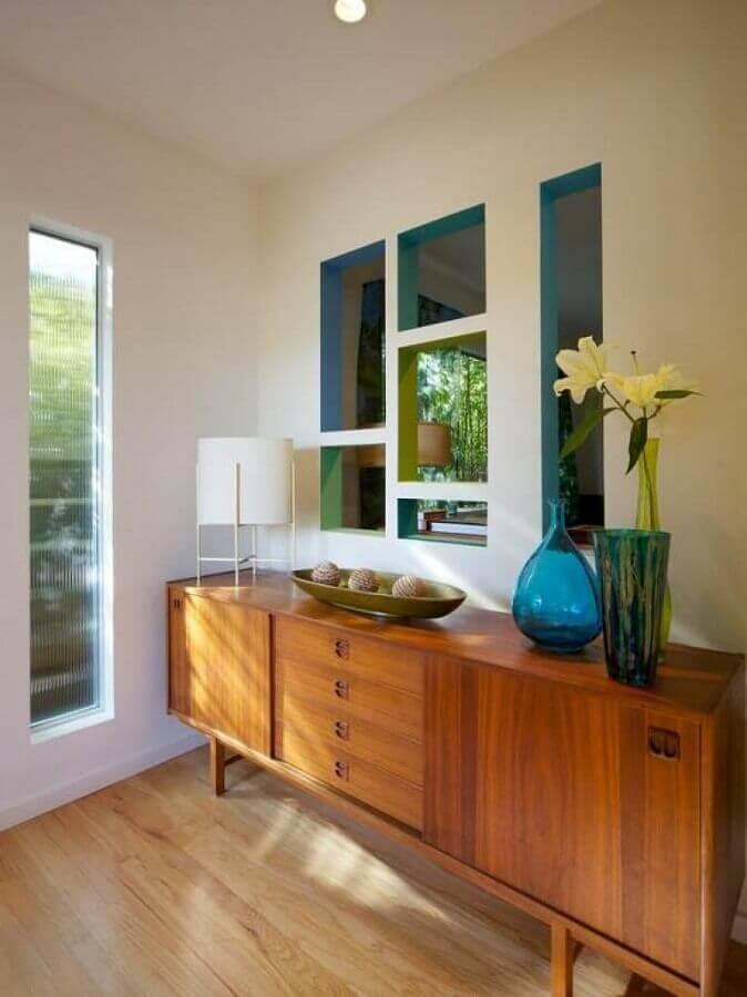decoração de buffet de madeira com vasos de vidro azul  Foto Pinterest