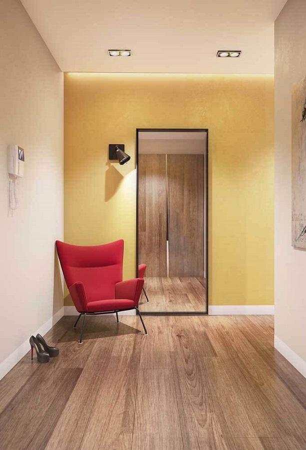 decoração de corredor com poltrona vermelha e espelho de chão Foto Pinterest