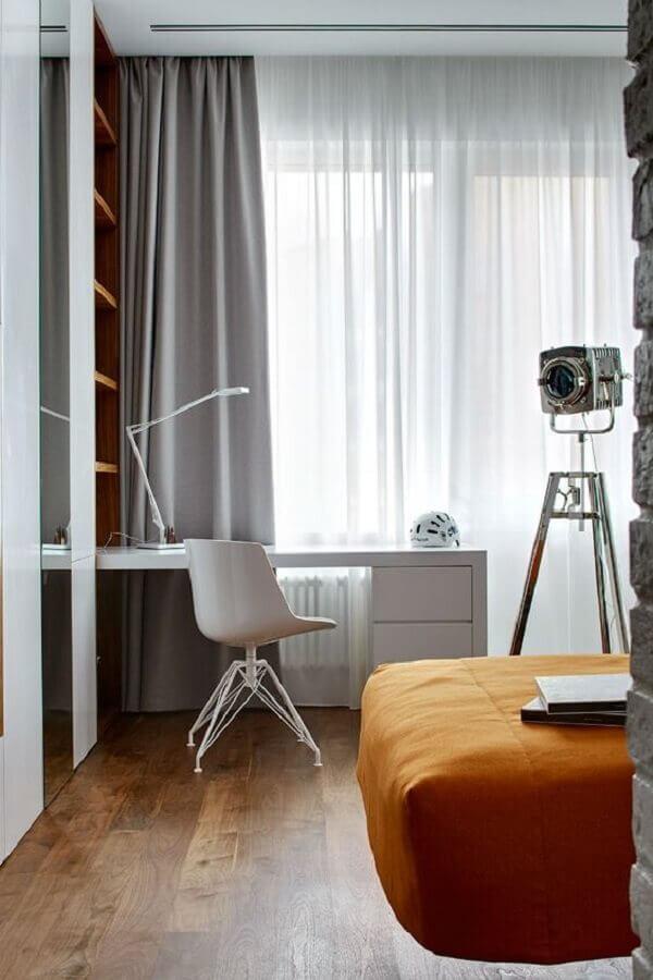decoração de quarto planejado com escritório pequeno de canto  Foto Decoholic