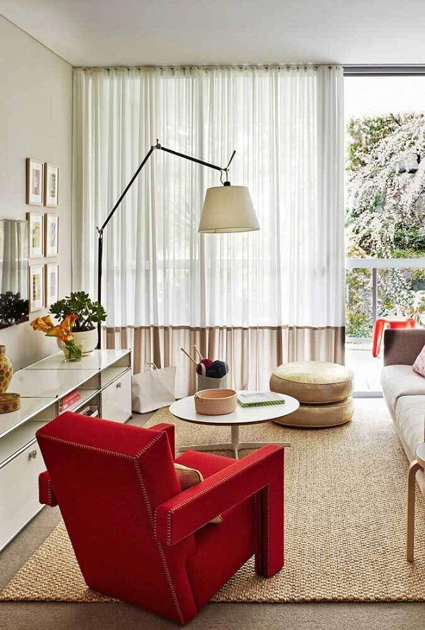 decoração de sala com poltrona vermelha e luminária de piso Foto Casa de Valentina