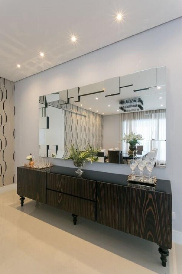 decoração de sala de jantar com espelho grande e buffet de madeira escura Foto Art Ville Móveis