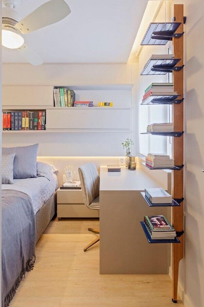 decoração em cores claras com armário aéreo para quarto de casal com escritório Foto Casa de Valentina