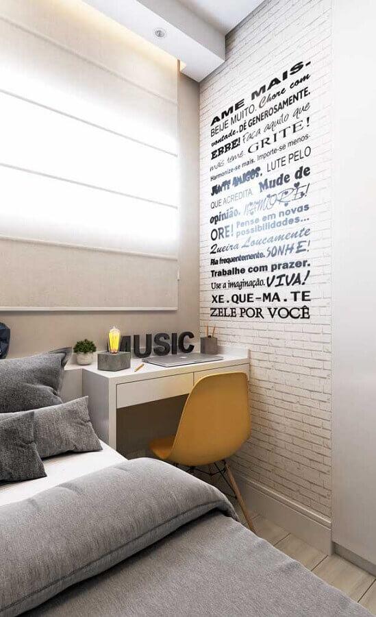 decoração em cores claras para quarto pequeno com escritório Foto Pinterest