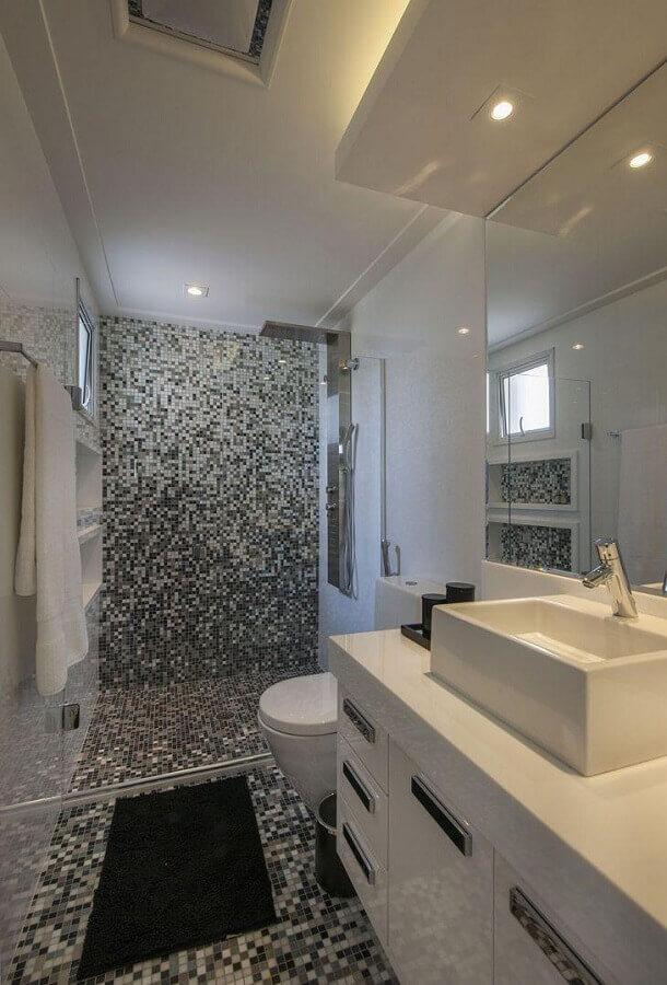 decoração para banheiro branco com pastilhas de vidro no piso e parede de box Foto Érica Salgueiro