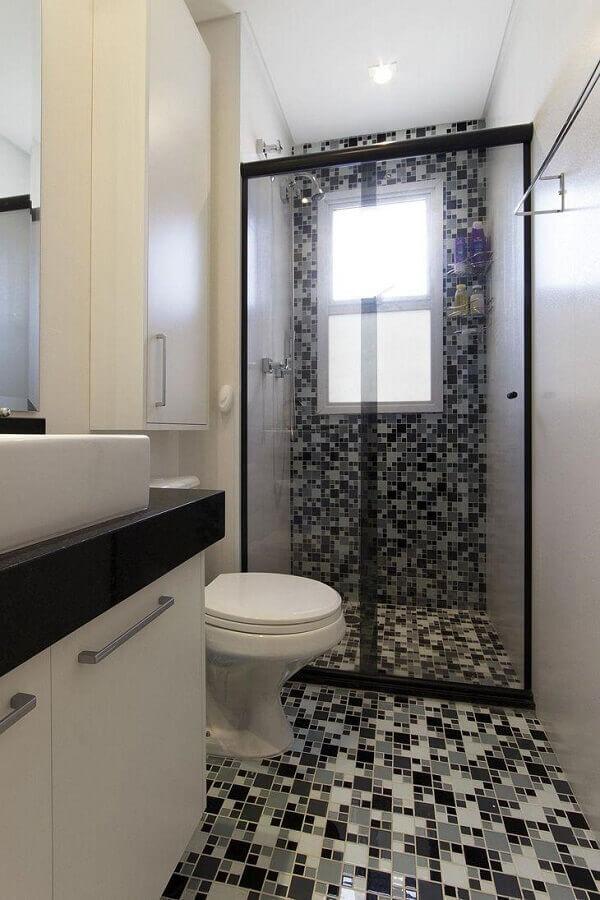 decoração para banheiro com pastilha de vidro nas paredes e chão Foto Juliana Conforto