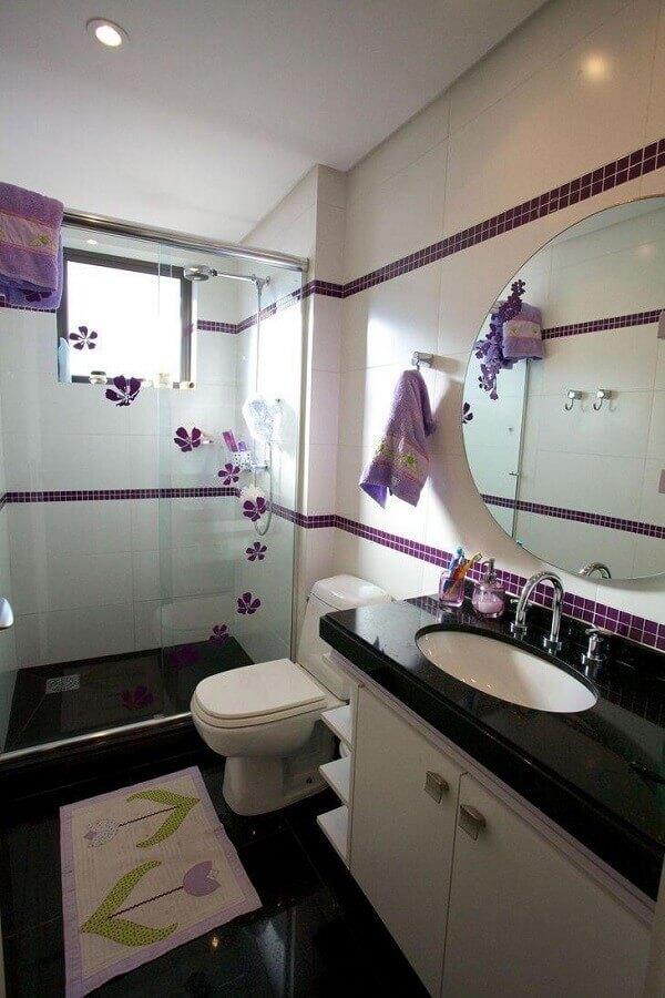 decoração para banheiro preto e branco com pastilhas roxas Foto Patrícia Azoni Arquitetura