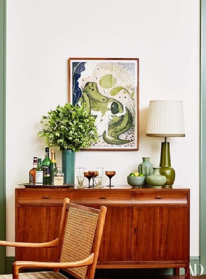 decoração simples com buffet de madeira antigo  Foto Architectural Digest
