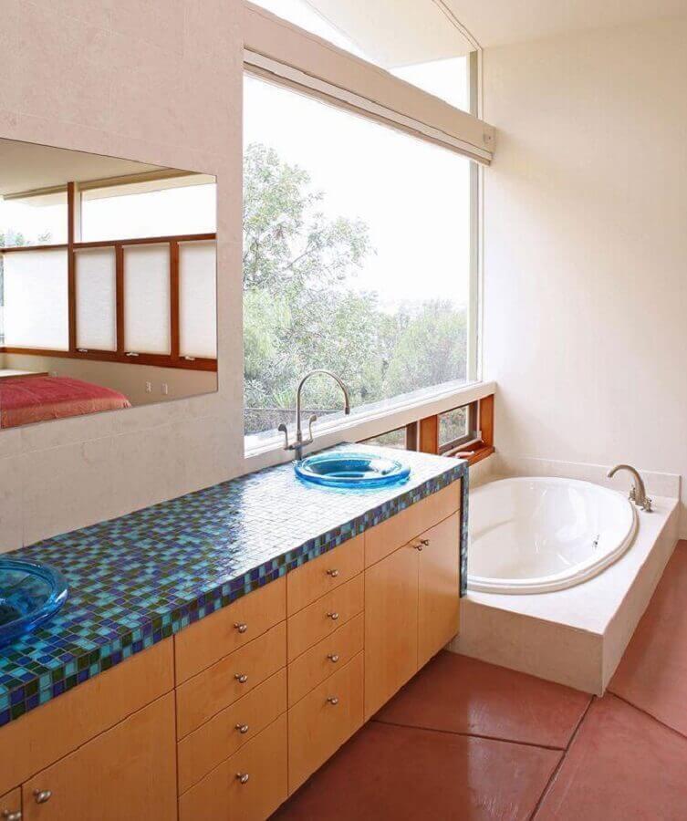decoração simples com pastilhas de vidro azul em bancada de banheiro Foto Tracy Stone Aia
