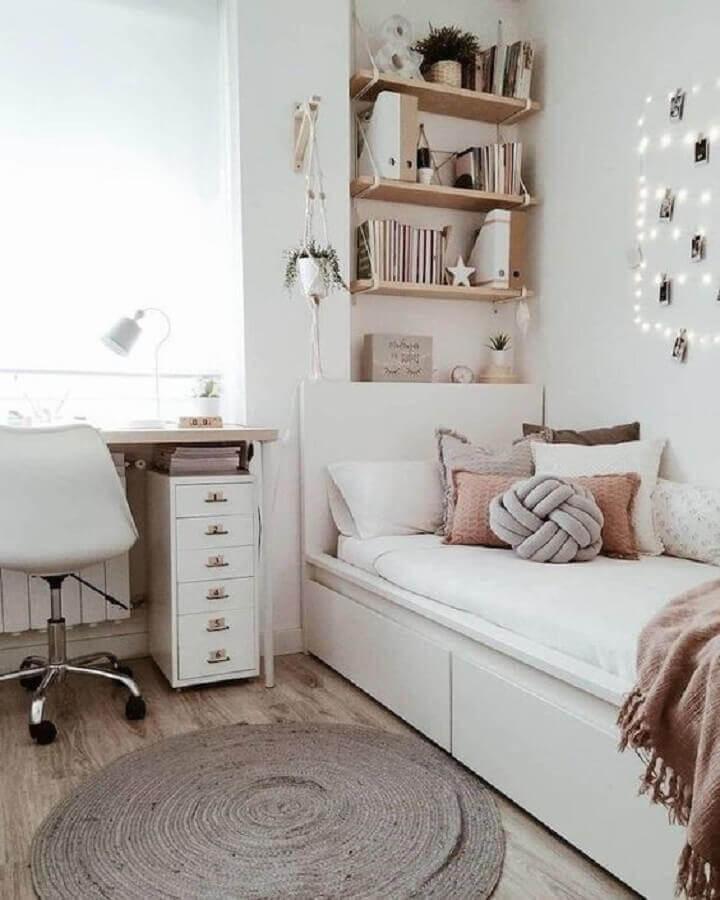 decoração simples para quarto solteiro com escritório em cores claras Foto Archzine