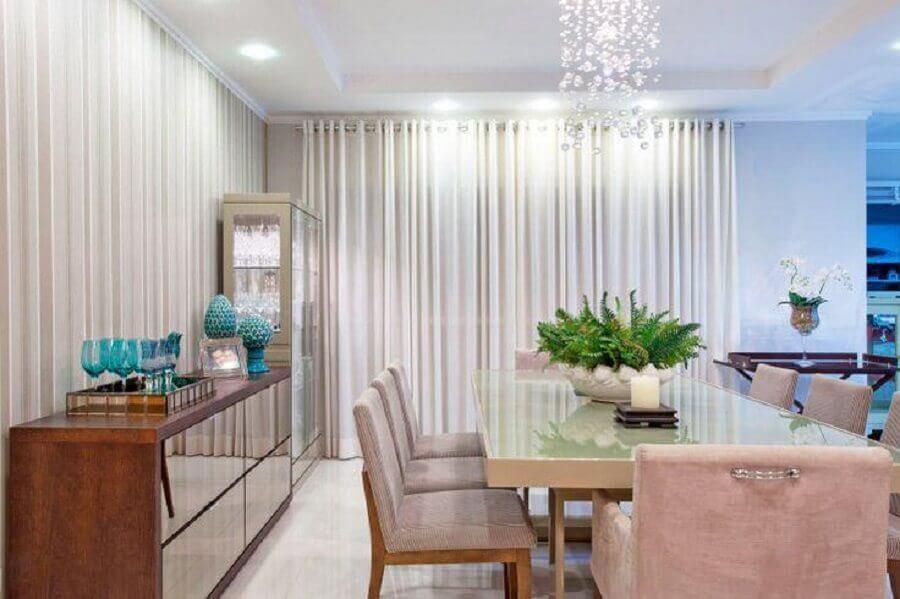 decoração sofisticada para sala de jantar com lustre de cristal e buffet de madeira com porta espelhadas Foto Pinterest