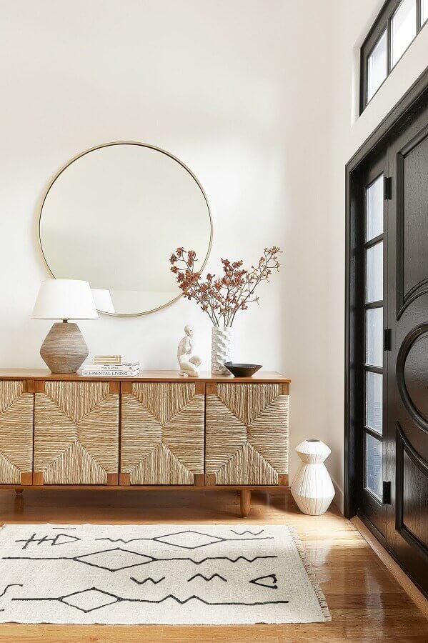 hall de entrada decorado com buffet de madeira com acabamento de fibras na naturais na porta Foto Houzz