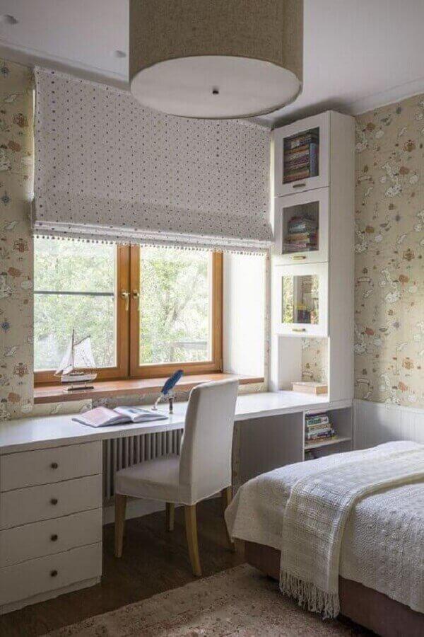 papel de parede bege para decoração de quarto com escritório planejado  Foto Pinterest