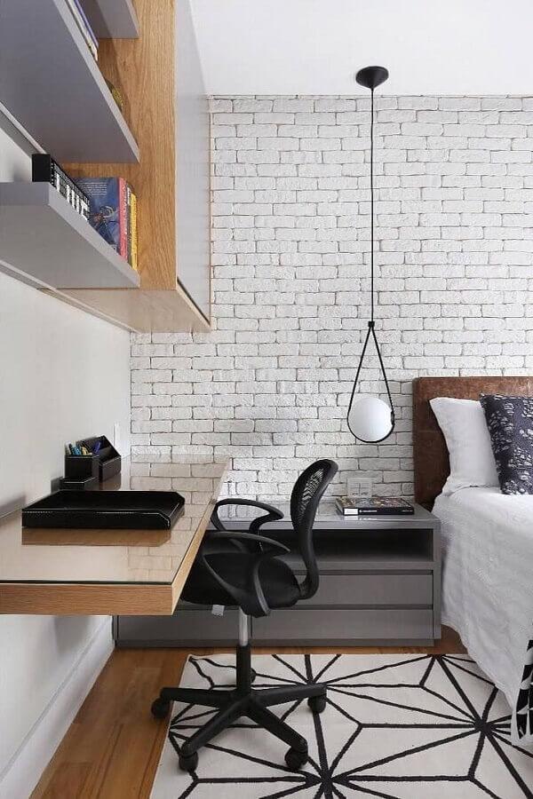 parede de tijolinho branco para quarto de casal com escritório Foto Zuleide Borges