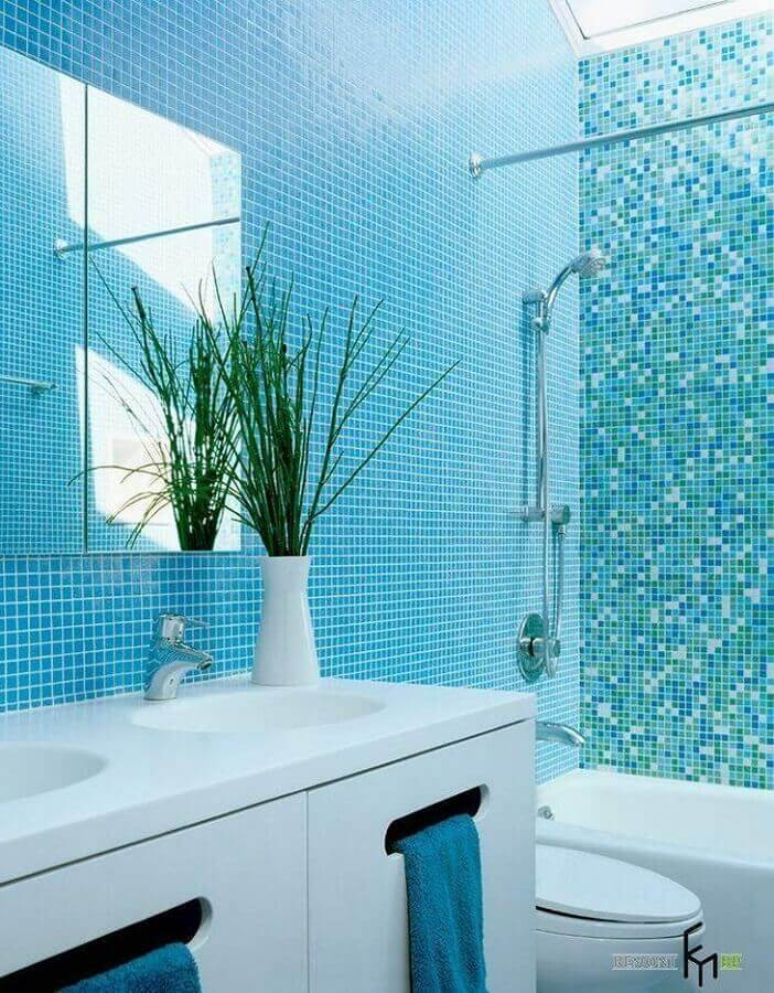 pastilha de vidro para banheiro azul e branco Foto Ogawa Fisher Architects