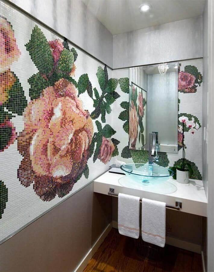 pastilha de vidro para banheiro formando desenho de flores Foto Brandon Barré