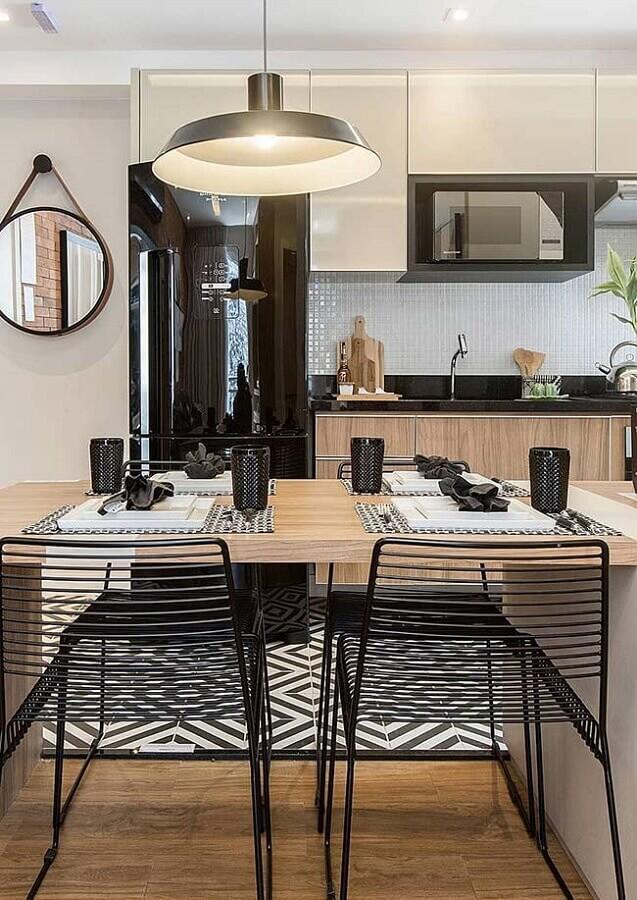 pastilhas de vidro para cozinha com geladeira preta e bancada de madeira Foto Pinterest