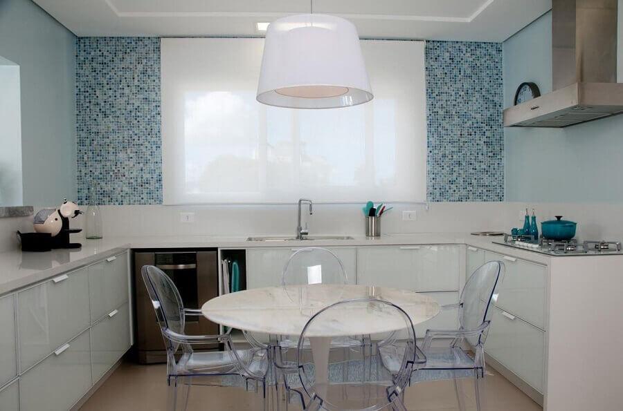 pastilhas de vidro para cozinha planejada azul e branca Foto Juliana Pippi