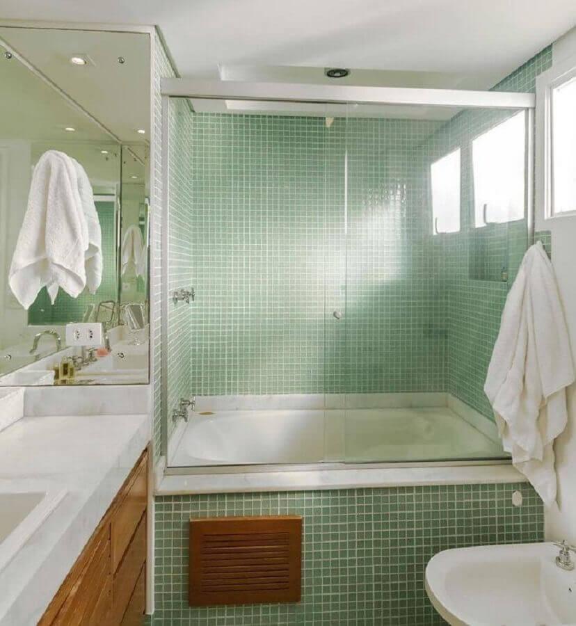 pastilhas de vidro verde para banheiro com banheira e armário de madeira Foto Fernanda Duarte Inteiores