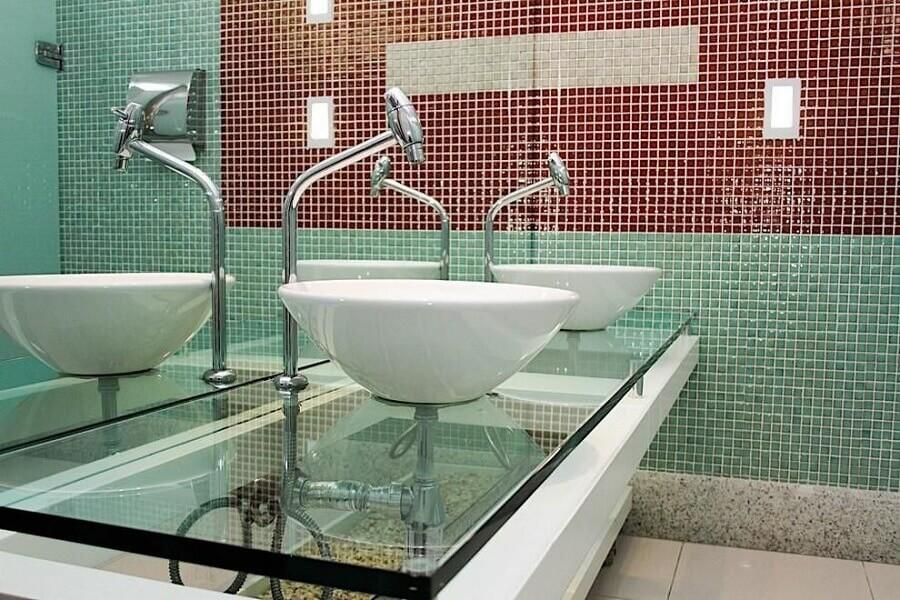 pastilhas de vidro vermelhas e verdes para decoração de banheiro com bancada de vidro Foto Armond - Arquitetura & Construção