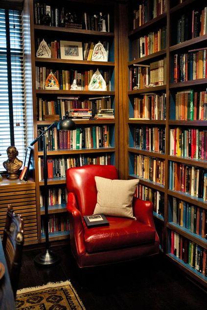 poltrona vermelha - biblioteca com persiana de alumínio branco e poltrona vermelha