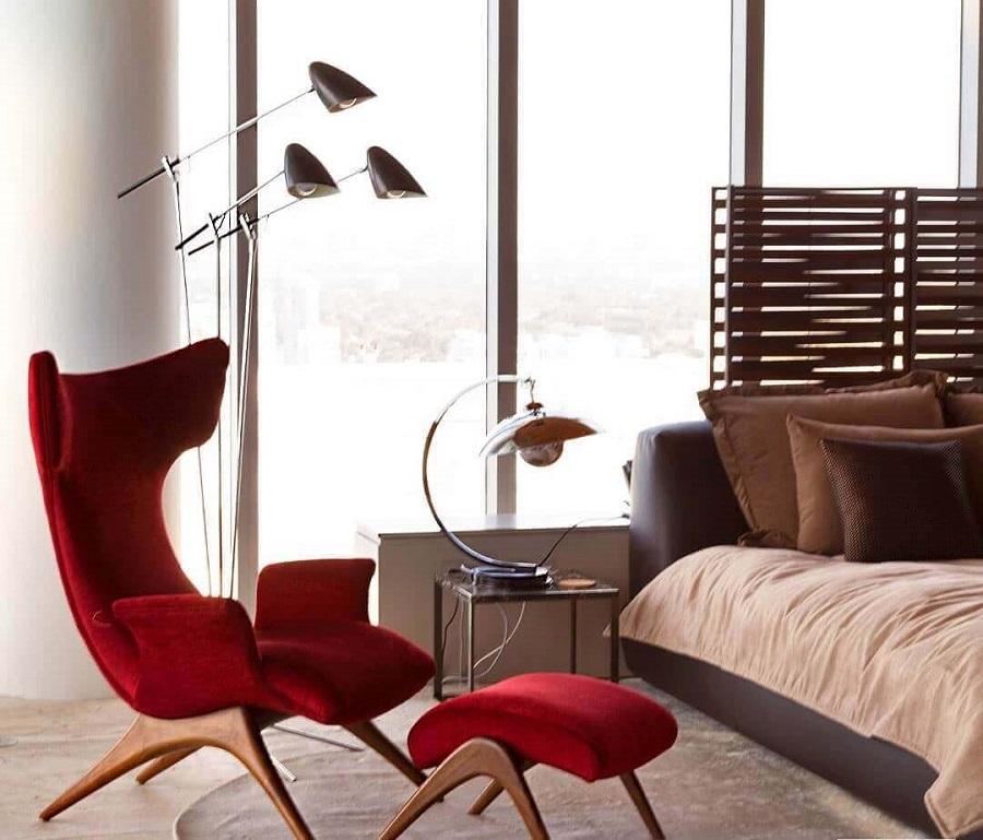 poltrona vermelha com puff para decoração de quarto de casal Foto Fernanda Marques - Arquitetura