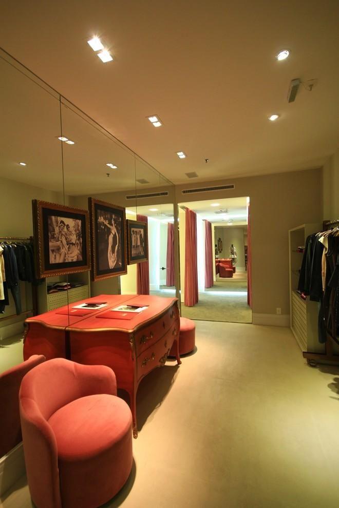 poltrona vermelha - loja de roupas com poltrona vermelha