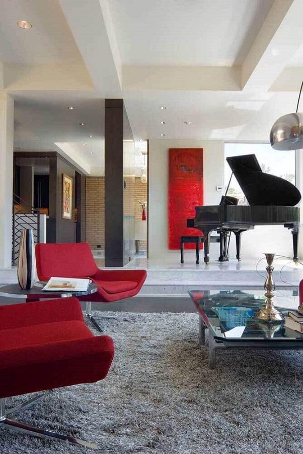 poltrona vermelha para sala cinza moderna decorada com piano de cauda Foto Pinterest